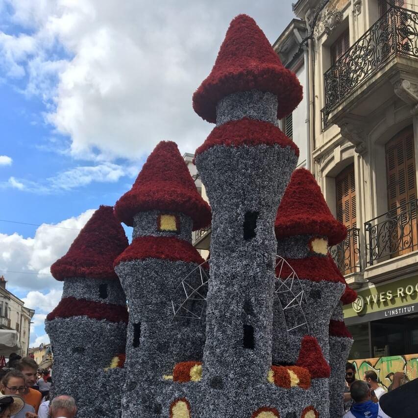 Char château en fleurs de papier crépon