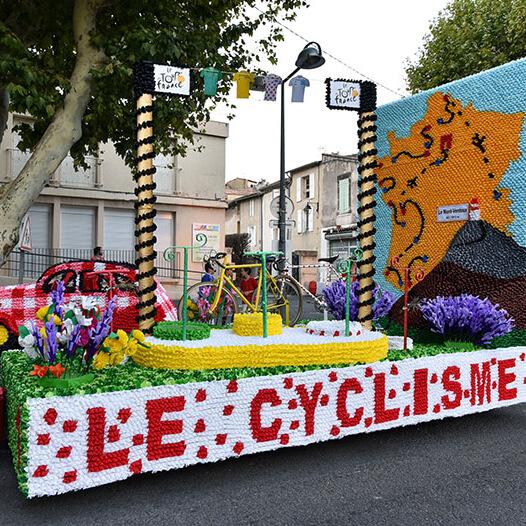 Char cyclisme en fleurs de papier crépon