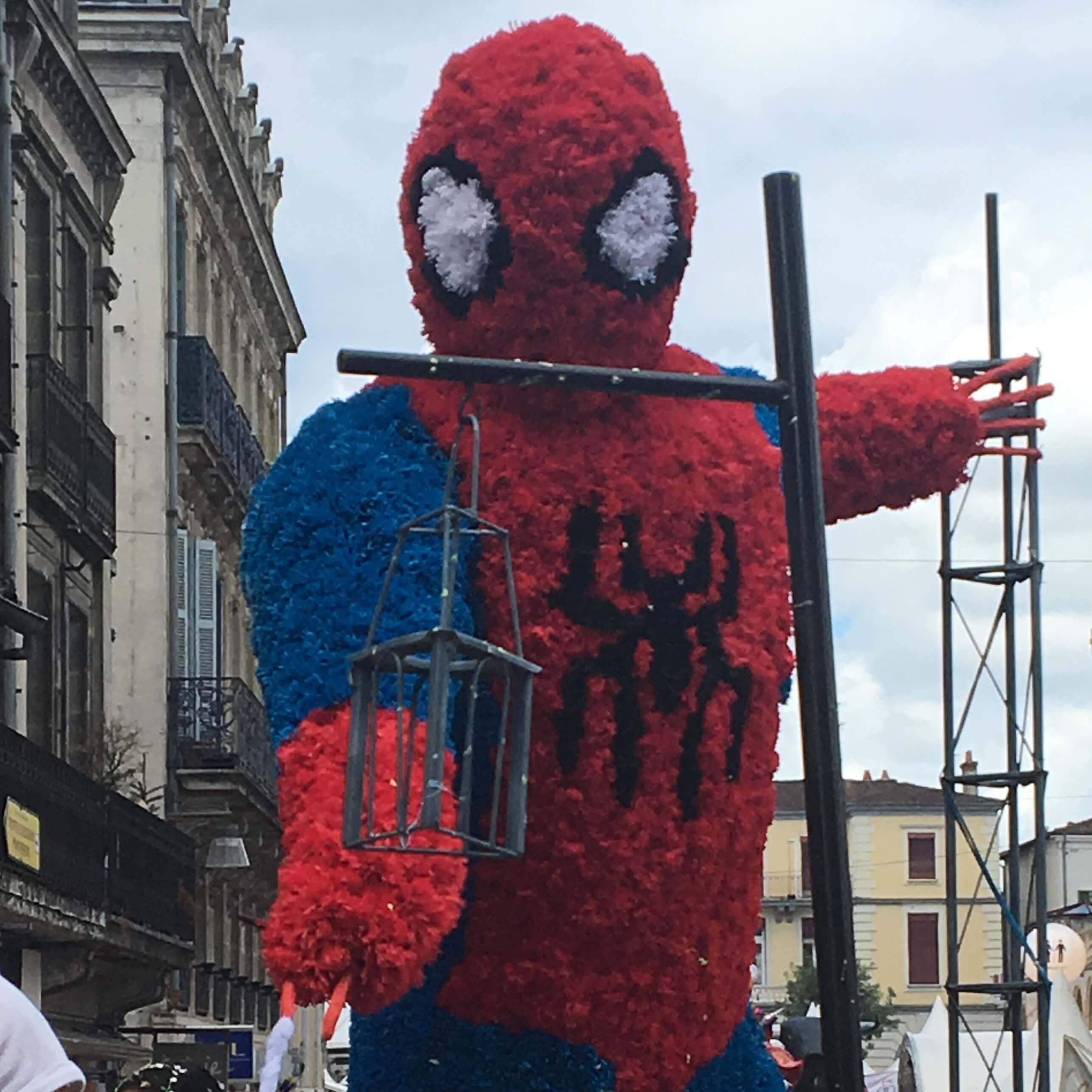 Char Spiderman en fleurs de papier crépon